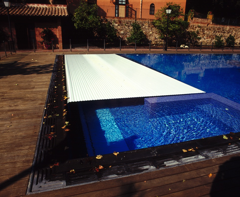Disfruta de tu piscina tambi n en oto o piscines dome for Cobertor de piscina automatico