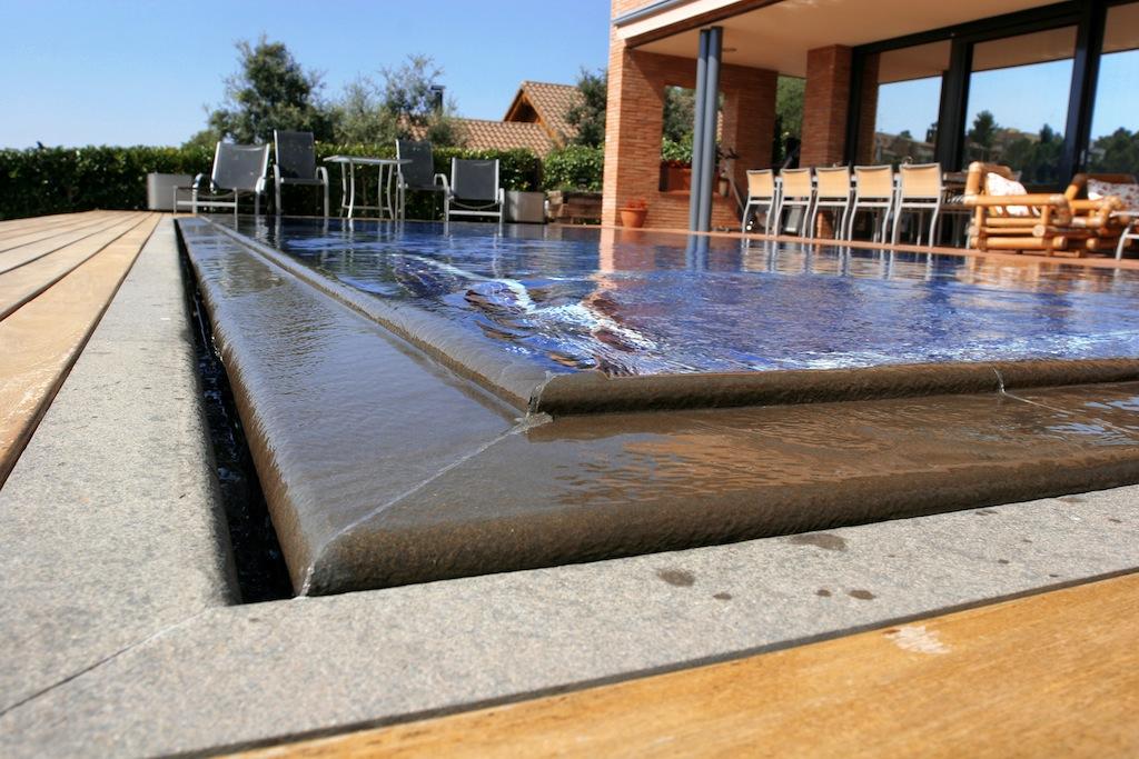 La piscina desbordante eficacia y sostenibilidad for Precio construccion piscina obra
